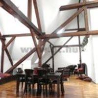 Különleges loft a Kossuth utcában. 6,5 méteres belmagasság, klassz faszerkezet, kár hogy a Belváros sztrádáján van