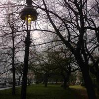 A budai örökmécses. Hogyhogy soha nem romlanak el a Lukács Fürdő előtti lámpák? És miért égnek éjjel-nappal?
