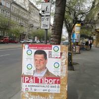 Mit üzen két utca embere egy plakáton?
