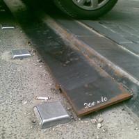 Hogy kerül az autók elé egy arasznyi küszöb keresztbe az úton? És miért egy rozsdás vaslemezzel próbálják eltüntetni?