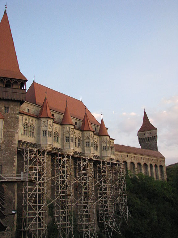 576px-Corvinesti_Castle_2011_-_Under_Restoration[1].jpg