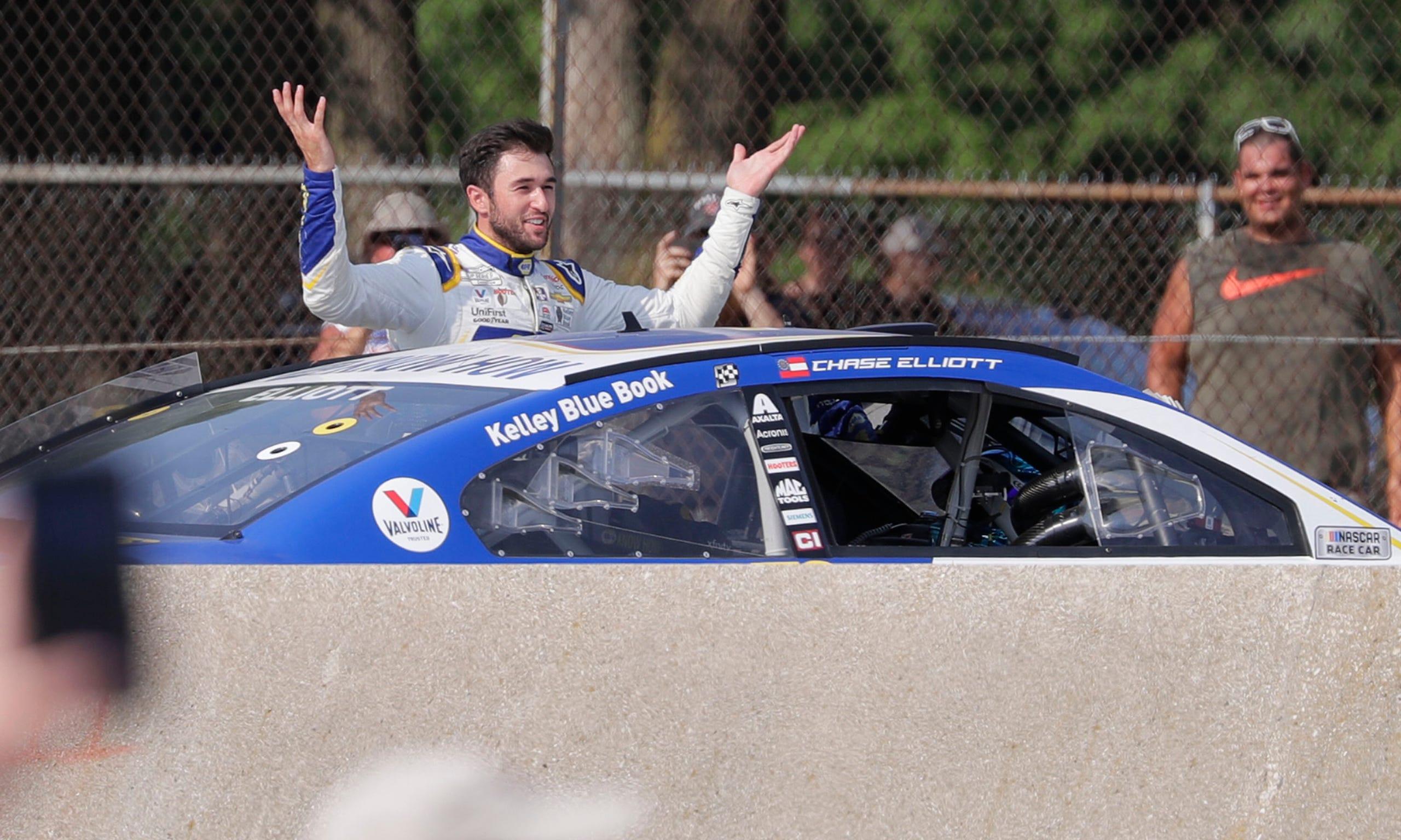Elliott kétszer is fánkozott a rajongók kedvéért, ezután pedig olyasmi jött, amire még nem volt példa a NASCAR-ban