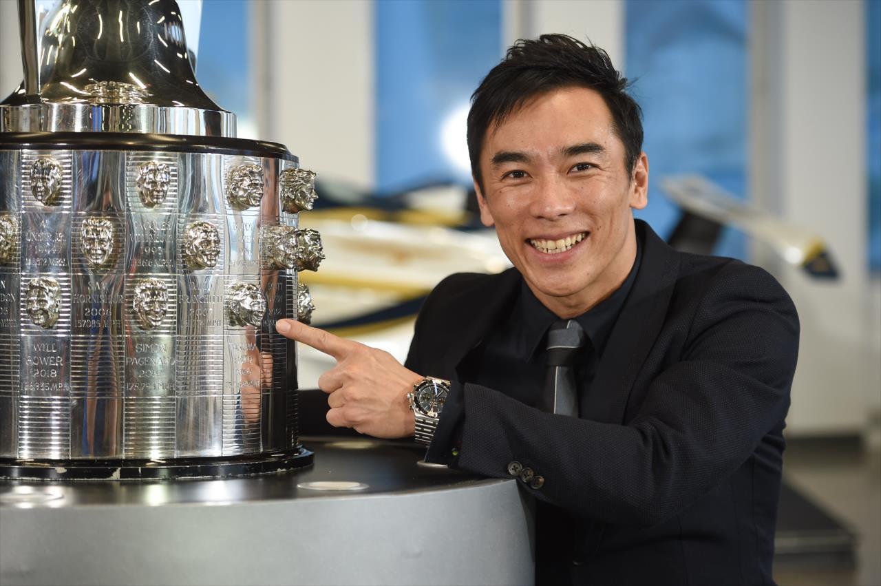 Leleplezték: Takuma Sato arcmása másodszor is felkerült az Indy 500 trófeájára