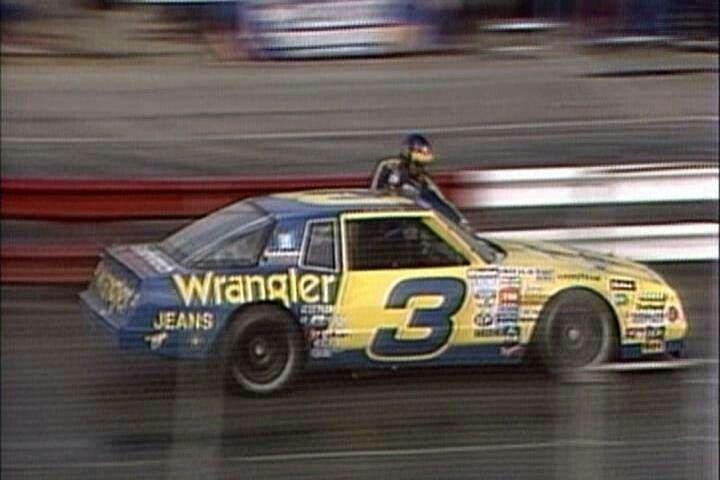 Amikor Dale Earnhardt Sr. menet közben pucolta meg a versenyautója szélvédőjét