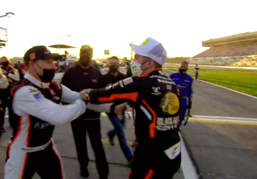 NASCAR: Gragson rátolatott ellenfelére, bunyó lett a vége