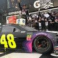 Jimmie Johnson nyerte a NASCAR tömegbalesetbe torkollott all-star futamát