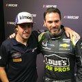 Fernando Alonso és Jimmie Johnson autót cserél