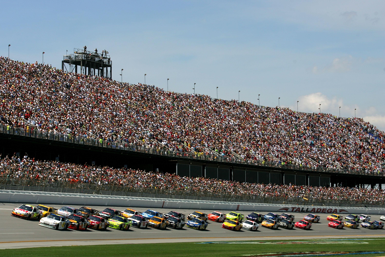 2009_Talladega_April_NSCS_start_of_race_action_full_stands.11652318.jpg