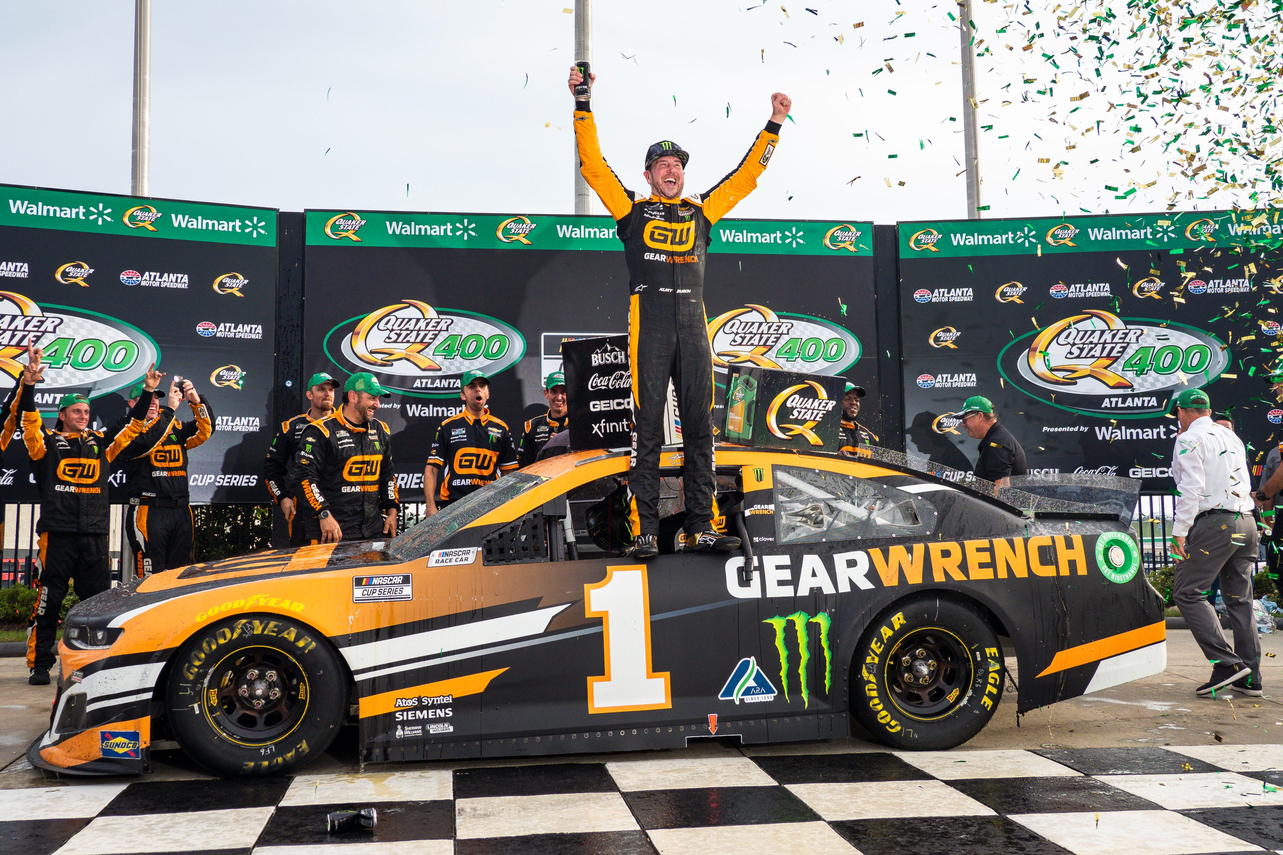 NASCAR: Kurt nyerte a Busch-testvérpárbajt, szétesett a pálya Atlantában