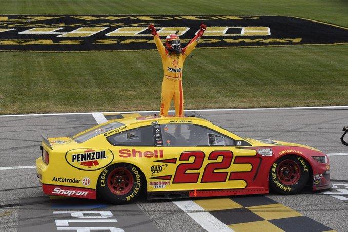 NASCAR: Logano nyert Kansasben, már biztos a helye a rájátszás fináléjában