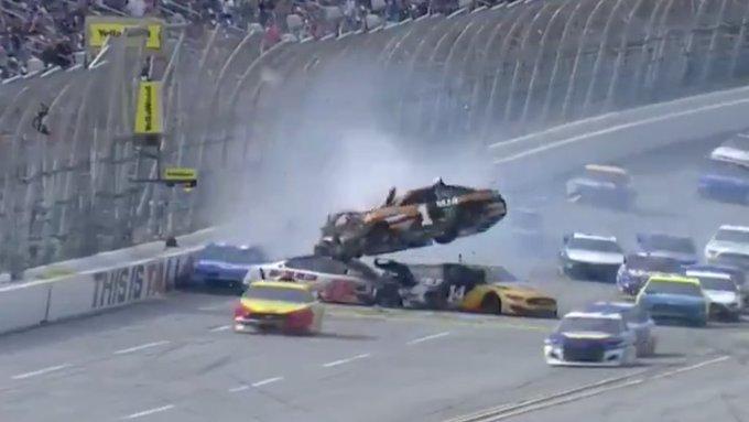 NASCAR: Denny Hamlin célfotóval nyerte meg a talladegai őrületet