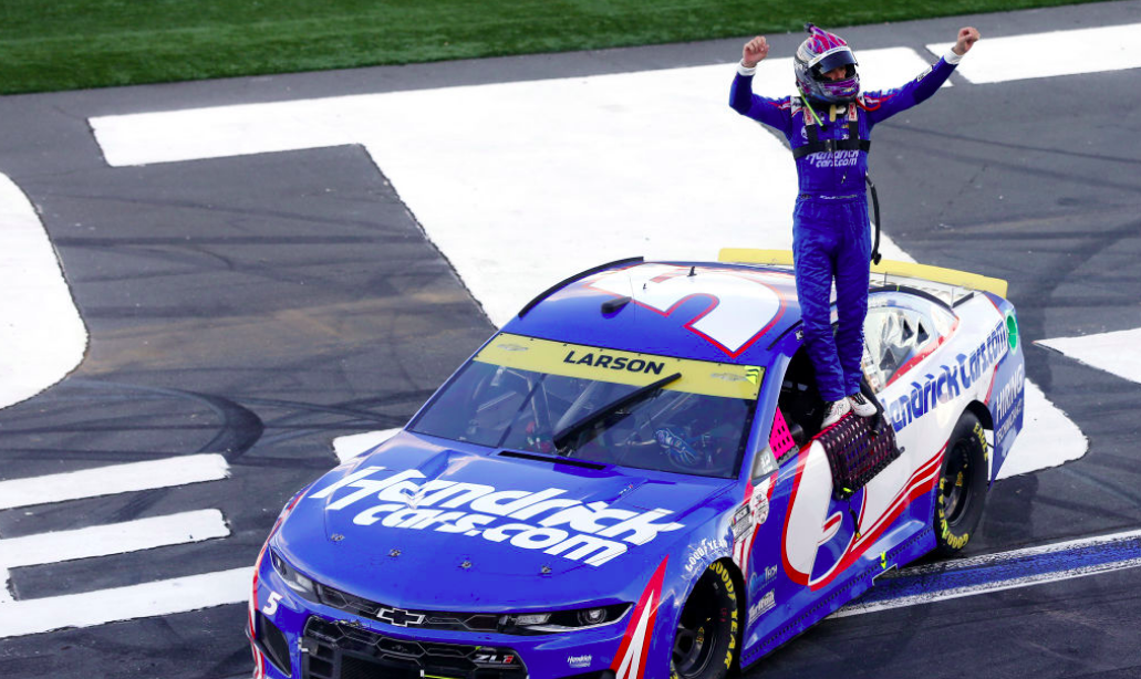 NASCAR: Larson történelmi győzelmet aratott Charlotte-on, újabb fejezetéhez ért az Elliott-Harvick párbaj