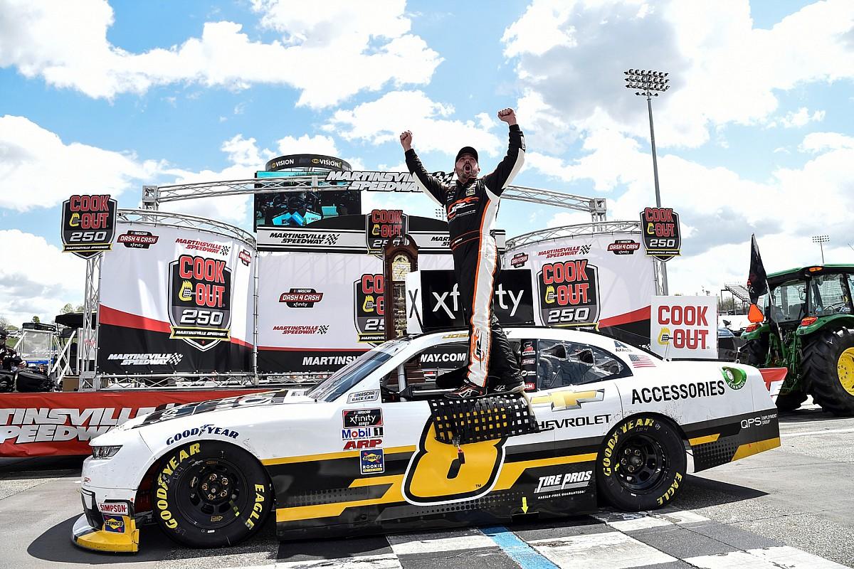 NASCAR: Hatalmas meglepetésgyőzelem Martinsville-en