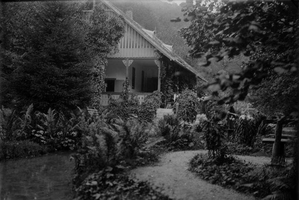 952_24-a-kisto-a-haz-elott-feltehetoleg-1930-korul.jpg
