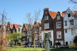 A bevásárlóutcáról a középkorba: Begijnhof, Amszterdam