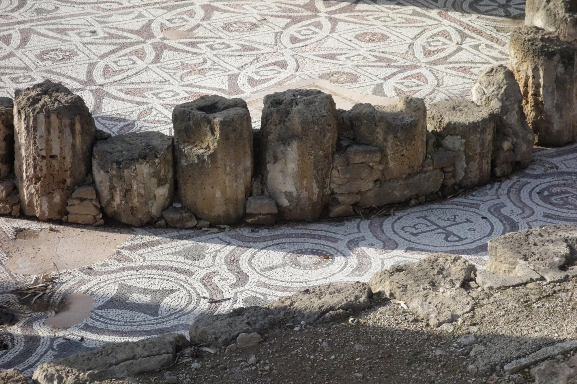 mozaikok_a_templomnal.JPG