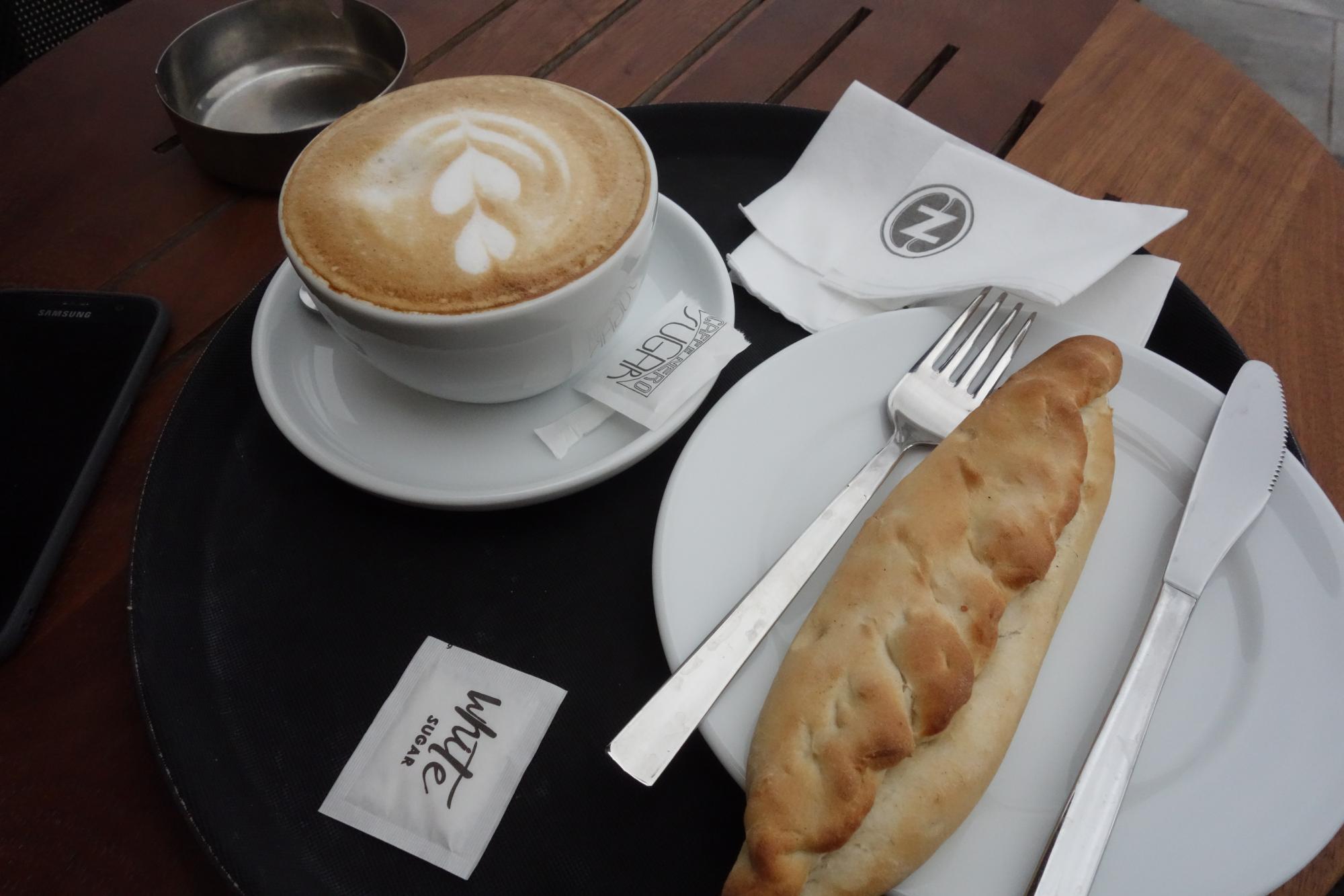 halloumi_pie_es_cafe_latte_az_ebed.JPG