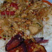 Mogyorós csirke, rizzsel, zöldséggel