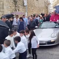 50 gyerek által húzott Porsche-fogattal mutatkozott be egy máltai pap