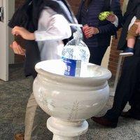 Kézfertőtlenítő szentelt víz helyett az egyesült államokbeli Saint Louis érsekség kápolnájában