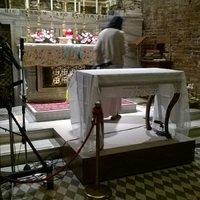 Loretói Szent Ház: Az oltárt lecserélték egy asztalra