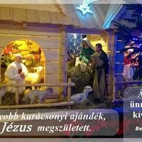 Hamispróféta középen megvilágítva, a Szent Család oldalt, szerényen.Kit is ünnepelnek ebben a betlehemi istállóban???!!!