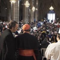 A francia bíboros pincérnőt játszott egy középkori templomban