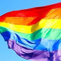 A német plébánia templom szivárvány zászlót tett ki: Woelki bíboros szerint a homoszexualitás kritizálása