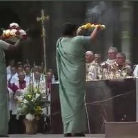 Pogány szertartás a boldoggá avatáson, Becciu bíboros vezetésével