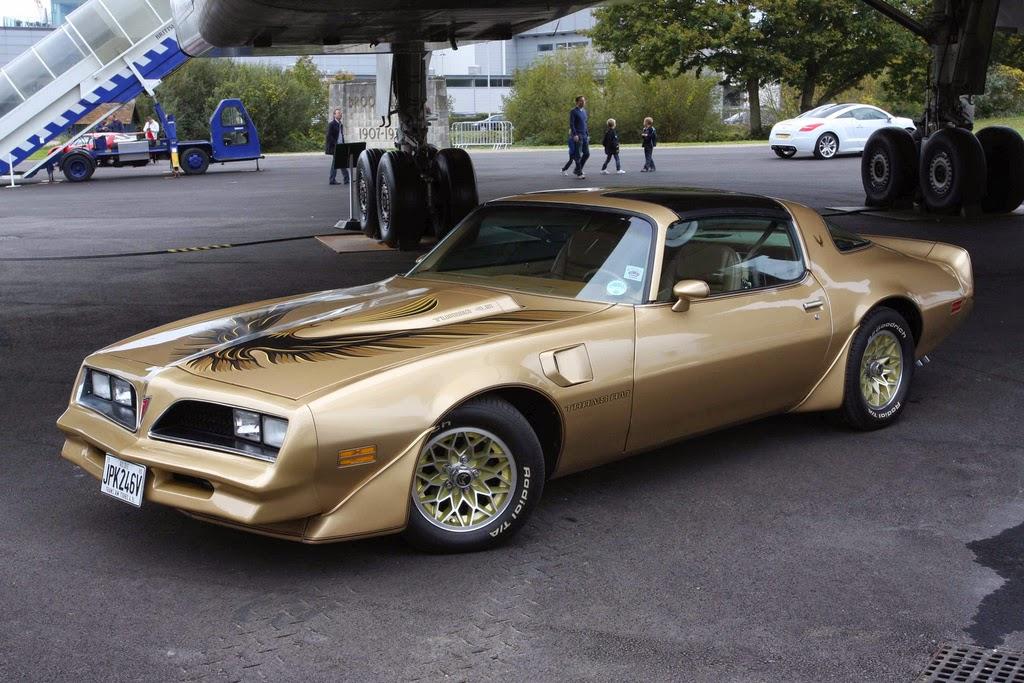 A Camaro riválisa, a Pontiac Firebird.