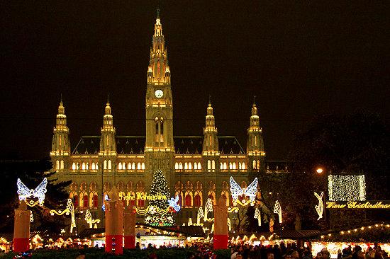 Das-Wiener-Rathaus-im-Advent-2010.jpg