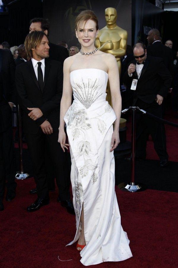 cbe689b982 Akkor úgy tűnt, a celebvilág is elpártol a márkától, az Oscaron Natalie  Portman például nem volt hajlandó Diorba bújni, Nicole Kidmant pedig  Galliano ...