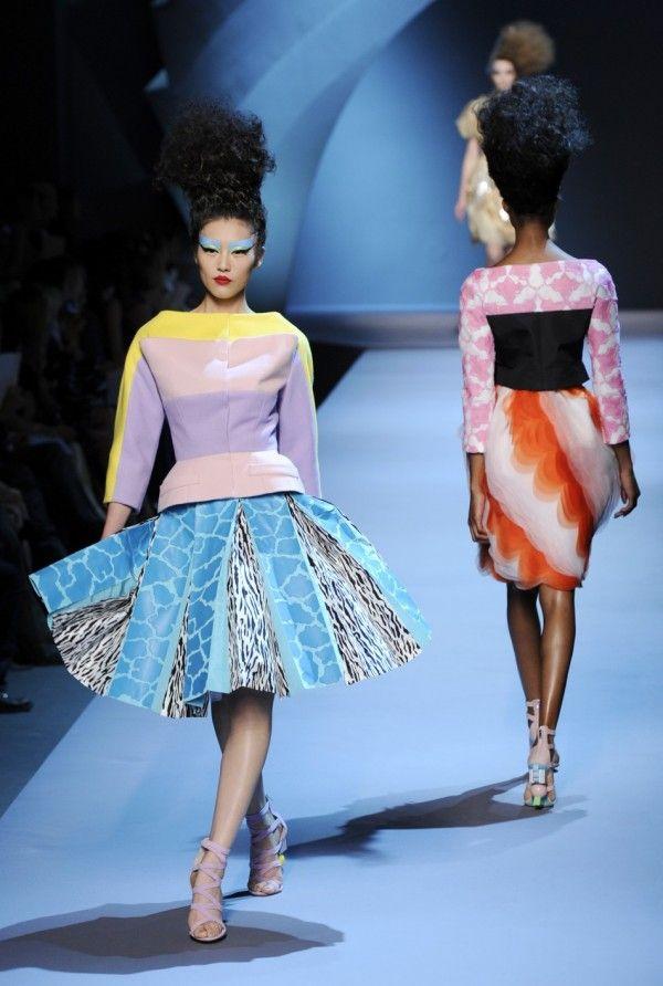 fa5659c6ea A Dior vezetői tisztában voltak vele, hogy most az eddigieknél is nagyobb  durranás kell és az őszi-téli haute couture bemutatón mindennel  szakítottak, ...