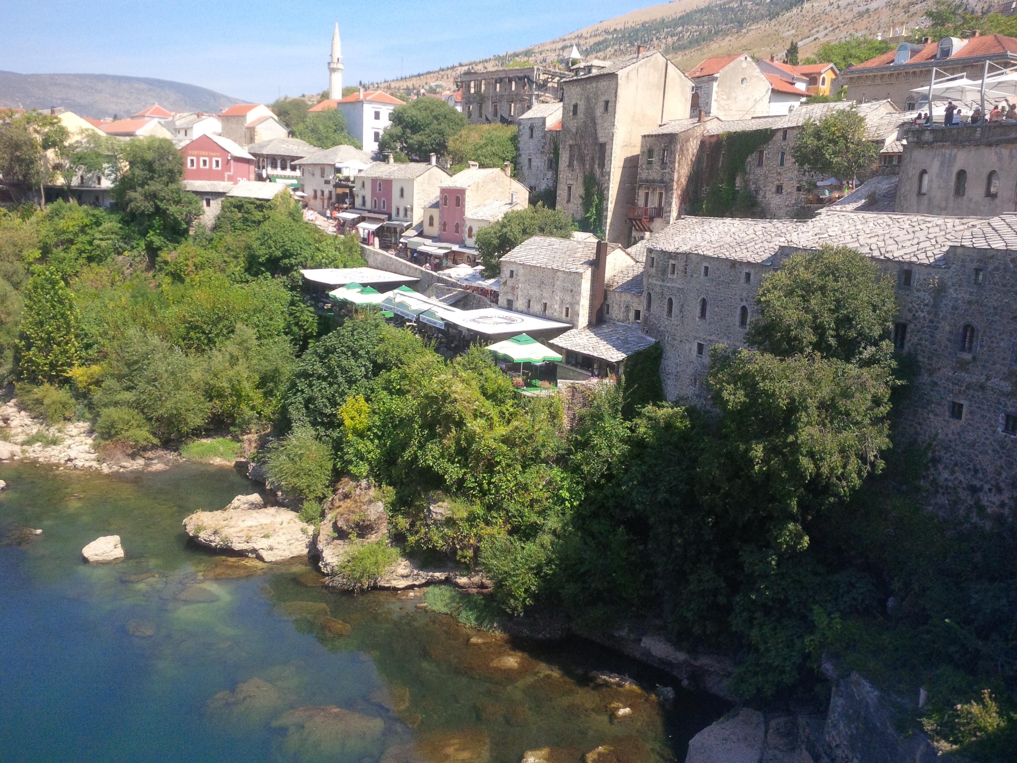 Neretva és partjának látképe a hídról