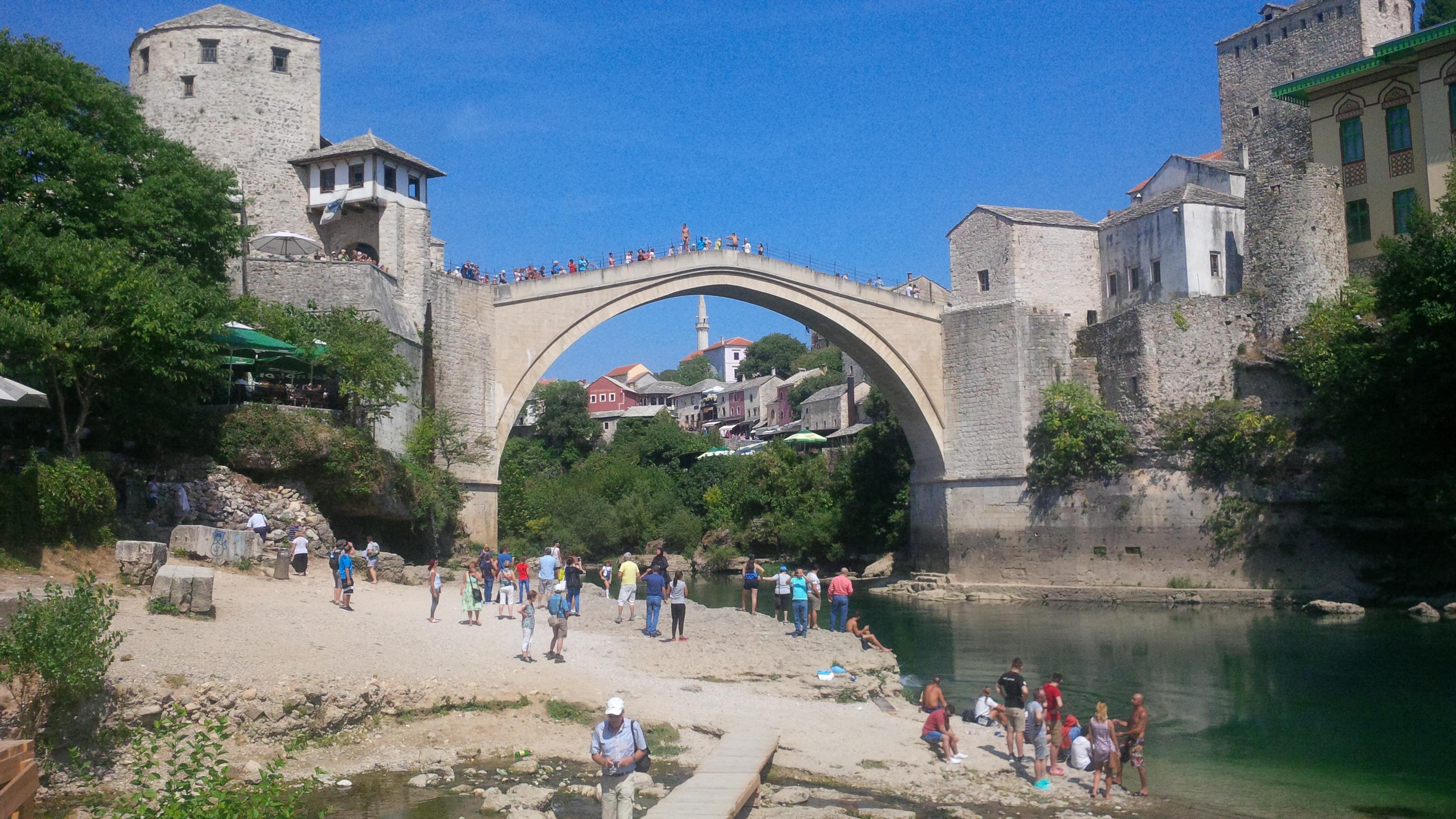 Öreg híd (Stari Most) látképe a folyópartról