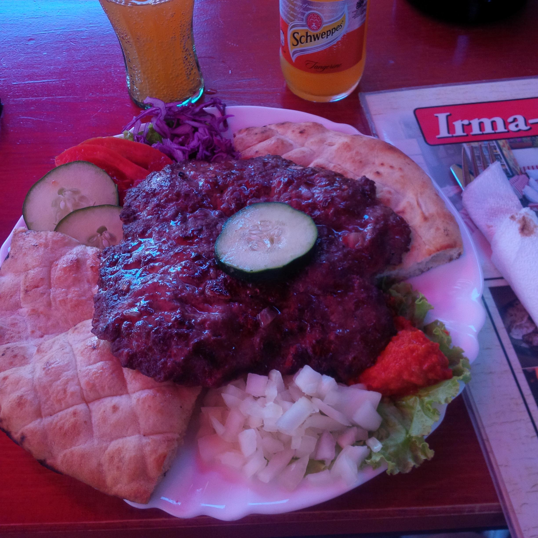 Az ebédünk: ínycsiklandozó (és olcsó), frissen sült pljeskavica ajvárral, pitával