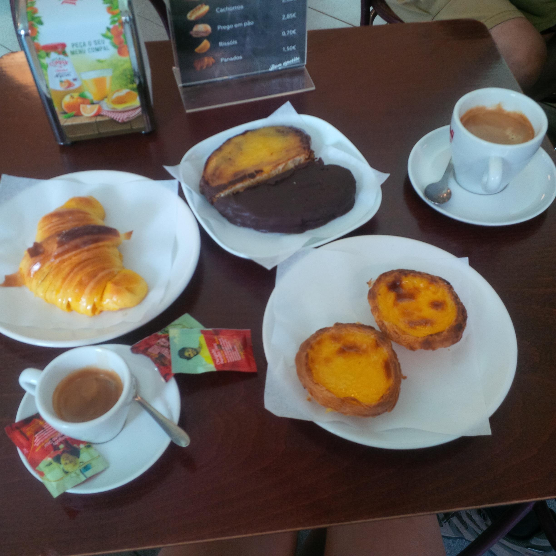a 4€-s reggelink: hosszú kávé (amit itt 'americano'-nek neveznek), eszpresszó, pasta de nata (2 kis pite-szerű sütemény) és a szív formájú félig csokoládés, félig vaníliasodós sütemény