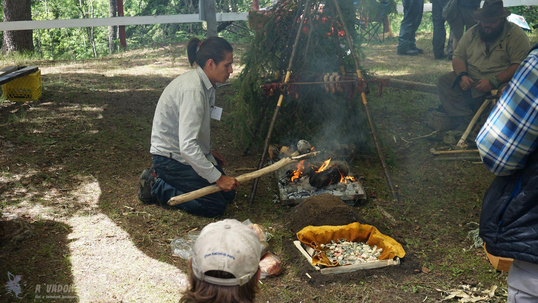 Húsfüstölő állvány, valamint kővel főzés bemutató
