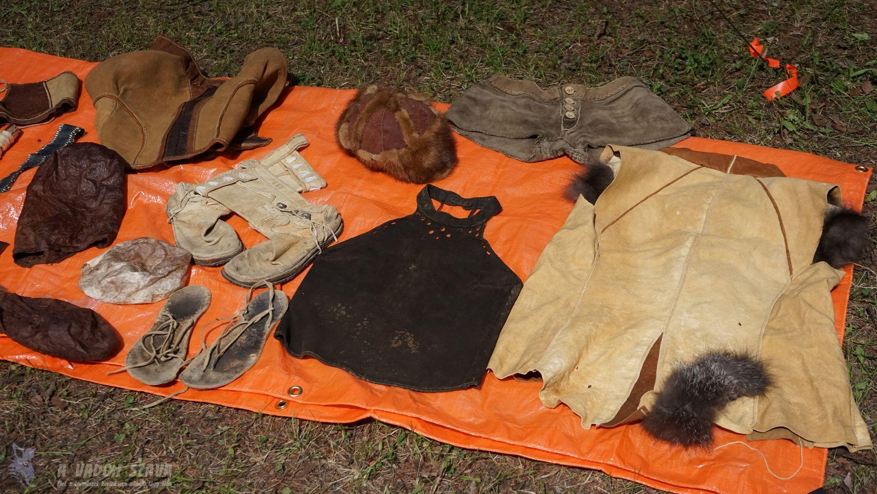 Theresa Kamper saját kikészítésű állatbőrökből varrt ruhadarabjai.