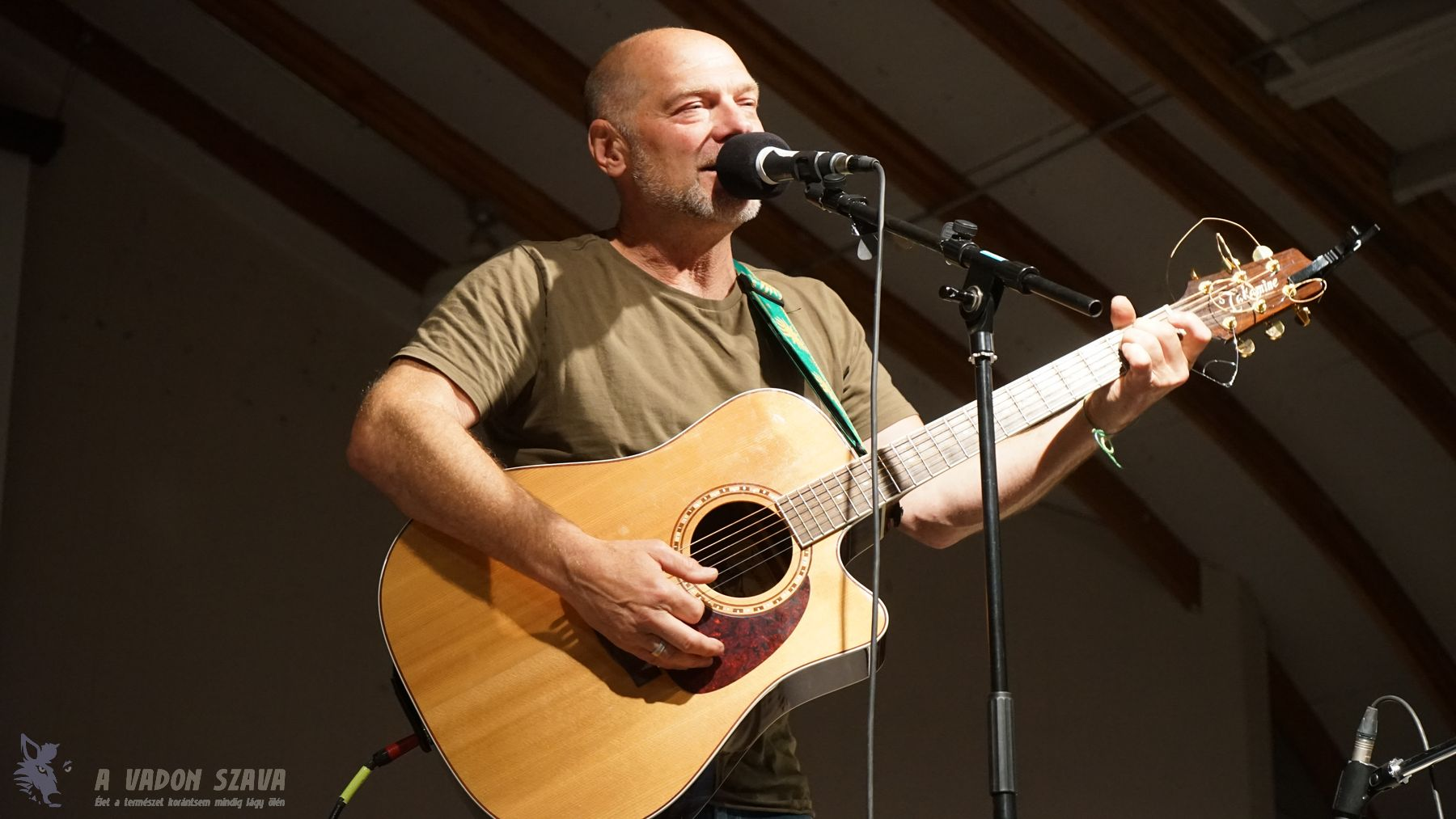 Les Stroud koncertje a Bushcraft Symposium záróestjén.