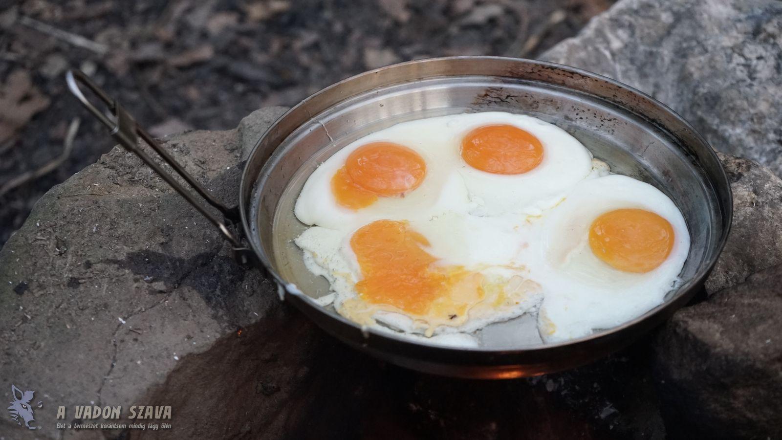 Tojássütés a Tatonka Kettle serpenyőnek is használható fedelében