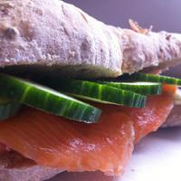 Füstölt lazacos szendvics