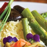 Spárga vajas-boros mártásban, szójaszószban főtt shiitake gombával, és sáfrányos rizzsel