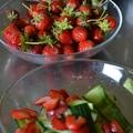Mentás uborkasaláta eperrel