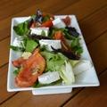 Fonnyasztott paradicsom, rukkola, és bazsalikomok egy salátában
