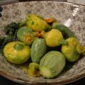 Saláta cukkini virágokból levelekből, és mini cukkinikből