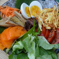 Vegyes saláta pikáns mogyorókrémmel