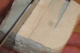 Medvehagyma saláta tofuval