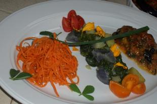 Padlizsántorta, mángoldos lila burgonya, csípős sárgarépa saláta