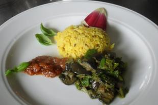 Mángoldos padlizsán curry mungóbabos rizzsel és sárgabarack csatnival